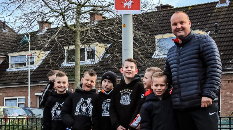 Gps speurtocht door Duindorp voor de jeugd bij een van de Locaties Stefan begeleid een groepje kinderen